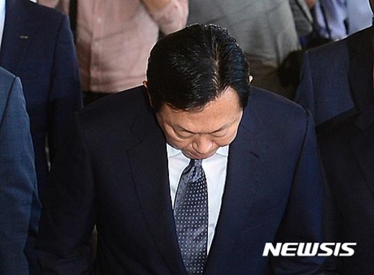 고개 숙인 신동빈 롯데그룹 회장