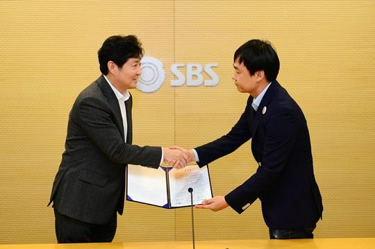 사장 임명동의제에 합의하는 박정훈 SBS 사장(왼쪽) 윤창현 SBS 노조 본부장(오른쪽)