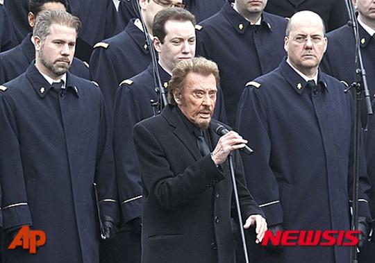 테러 희생자 추모식에서 군인들과 합창 중인 조니 할리데이