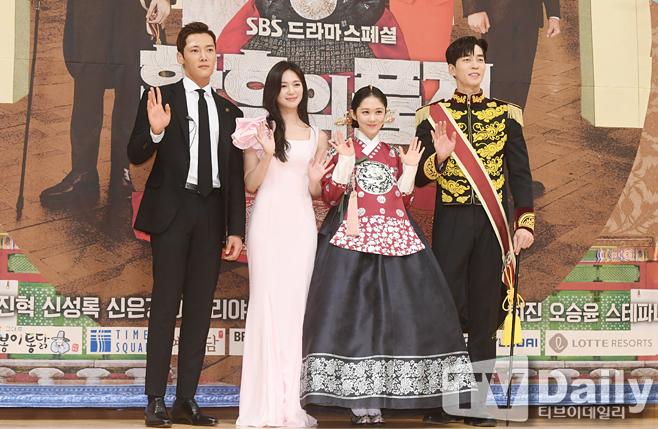 황후의 품격 제작발표회에 참석한 주연 배우들 최진혁(왼쪽부터) 이엘리야 장나라 신성록